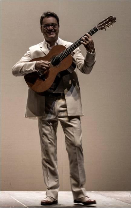 Agustín Sánchez, director del Coro Iubilate y director musical de Parrandboleros, tocando la guitarra