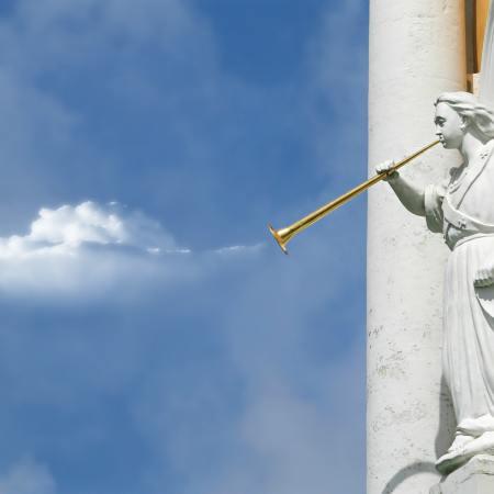 Estatua de ángel tocando la trompeta dorada