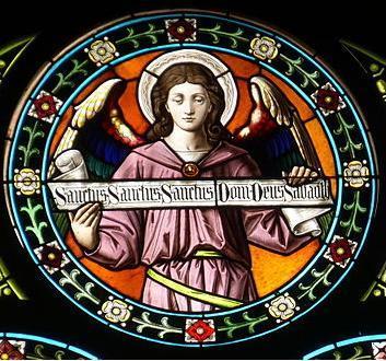 Vidriera con ángel y el texto del Sanctus